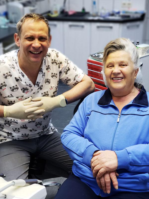 Пенсионерка после протезирования с использованием имплантов