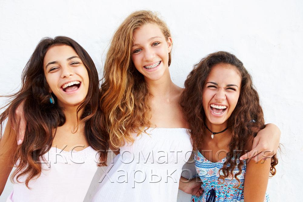 Девушки с брекетами улыбаются