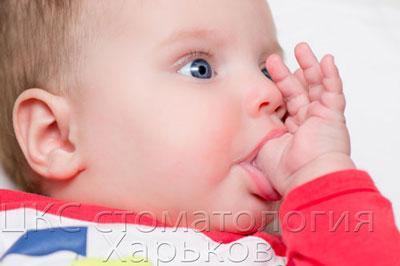 Фото ребенка сосущего большой палец