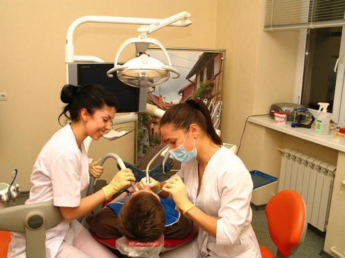 фото стоматологического приема, доктор и ассистент